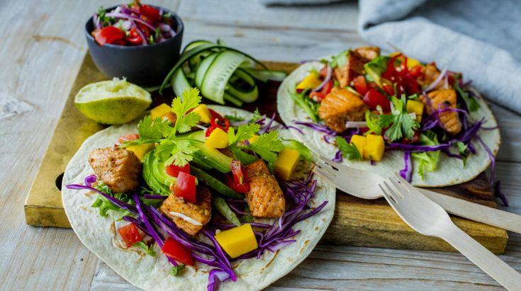 Alle elsker taco. Og selv om ikke alle elsker laks. Så kan det godt være at laksetacos blir den nye hverdagsfavoritten - både hos store og små. Ekstra morsomt er det om du lager din egen salsa og ditt eget tacokrydder.  Tips: Annen fisk som for eksempel sei, isgalt eller torsk kan også brukes.