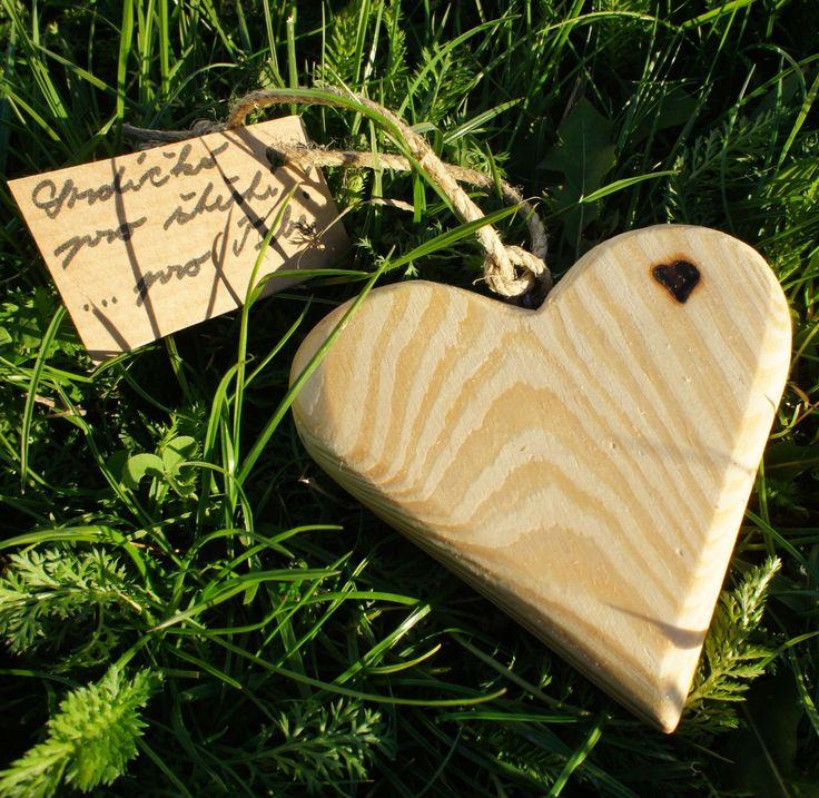 Heart for good luck - Srdíčko pro štěstí Dřevěné srdíčko pro štěstí je vyrobeno ze smrkového dříví, napuštěno je včelím voskem, opatřeno přírodním motouzem s ručně psaným popiskem. Rozměry : 10 x 9 cm , tloušťka 1,7 cm