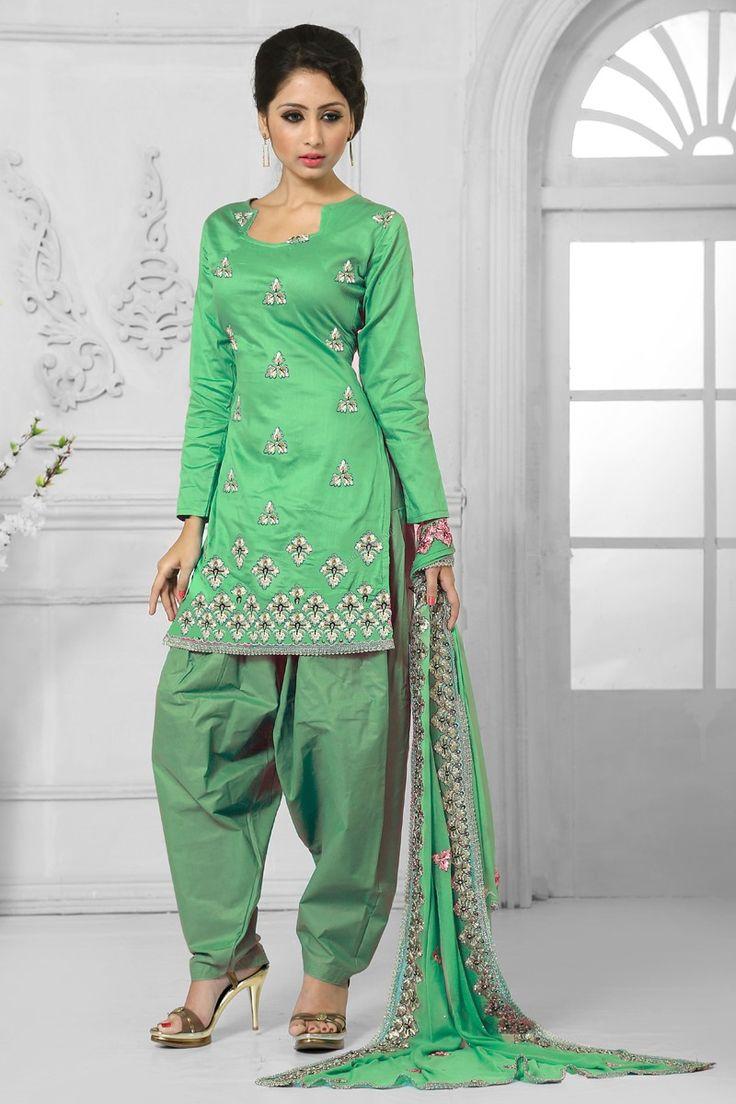 Green Cotton Salwar Suit avec la mousseline Dupatta  Prix: -49,43 € Green Cotton , semi costume stictch de Patiala . Cou chérie , longueur genou dessus , manches trimestre kameez . Vert coton salwar . Vert dupatta en mousseline de soie . Il est parfait pour vêtements de sport , vêtements de fête et de l'usure du parti usure .  http://www.andaazfashion.fr/green-cotton-salwar-suit-with-chiffon-dupatta-dmv13554.html