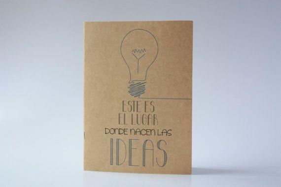 Cuaderno mediano tamaño DIN A5 con mensaje por AmarilloVerdeLimon. ¿Que fue antes, la idea o el cuaderno? En nuestro caso la idea, en el tuyo el cuaderno, porque a partir de ahora con este cuaderno no van a parar de surgirte nuevas ideas.   ¡¡No dejes que se apague tu bombilla!!