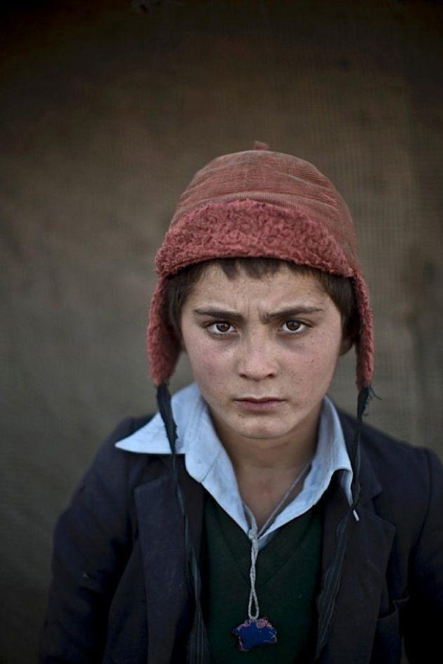 Seit 35 Jahren befindet sich Afghanistan in Unruhe: Erst herrschte Krieg zwischen der Sowjetunion und islamistischen Guerillas, dann übernahmen die Taliban die Macht im nahöstlichen Land und terrorisieren seither die Bevölkerung. Millionen Afghanen verließen gezwungenermaßen das Land und besiedeln seither Flüchtlingslager und Armenviertel im Iran und in Pakistan. Dort, in der pakistanischen Hauptstadt Islamabad, hat der Kriegsfotograf Muhammed Muheisen vor Kurzem eine Reihe von afghanischen…