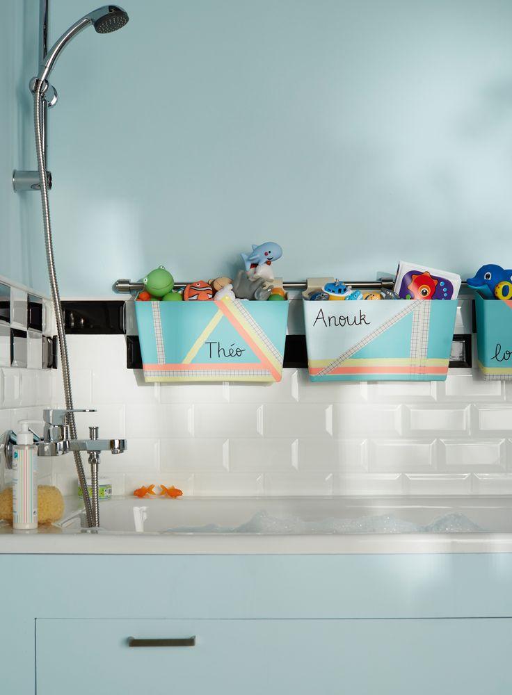Du DIY dans votre salle de bains ! Des jardinières sur une barre de crédence de cuisine, comme des petits paniers pour ranger les jouets de bains de vos enfants ou vos flacons de douche.