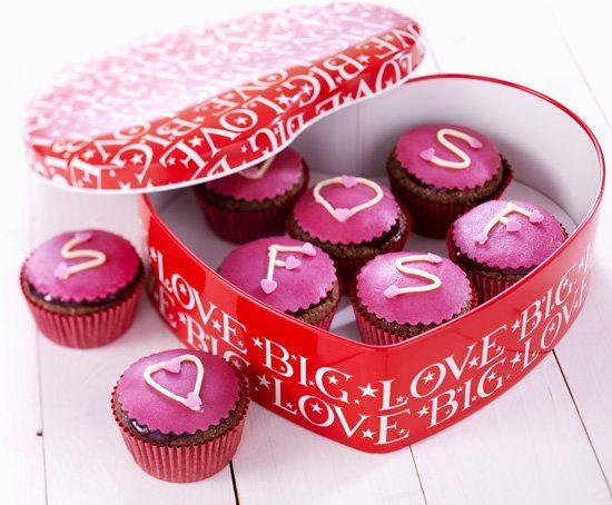 Verras jouw #Valentijn met een doos vol met deze lieve #cupcakes. Klik op de afbeelding voor het #recept. #valentijnsdag #liefde