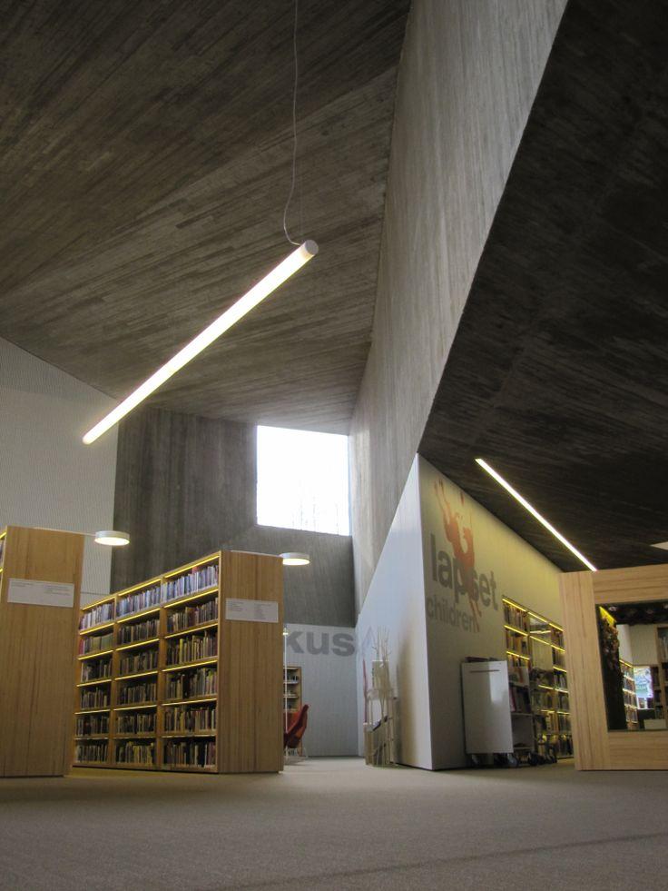 Suunnittelussa on otettu vaikutteita japanilaisista origameista ja teräviä kulmia on paljon. / Japanese origami has had an influence on the design of the library. There are lots of sharp edges.
