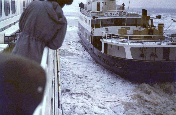 In de strenge winter van 1979 worstelde de Oost-Vlieland zich door het ijs (samen met de Midsland, waar vanaf deze foto is genomen). Foto: coll. Joke Juckers @rederijdoeksen