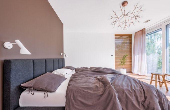 Z ložnice rodičů, stejně jako z dětských pokojů, lze vyjít přímo na terasu. Ozdobou je stropní svítidlo Heracleum II (Moooi) inspirované flórou. Po stranách čalouněného lůžka s atypickou šířkou matrace (Tempur) jsou připevněny ikonické lampičky AJ Arne Jacobsena (Louis Poulsen)
