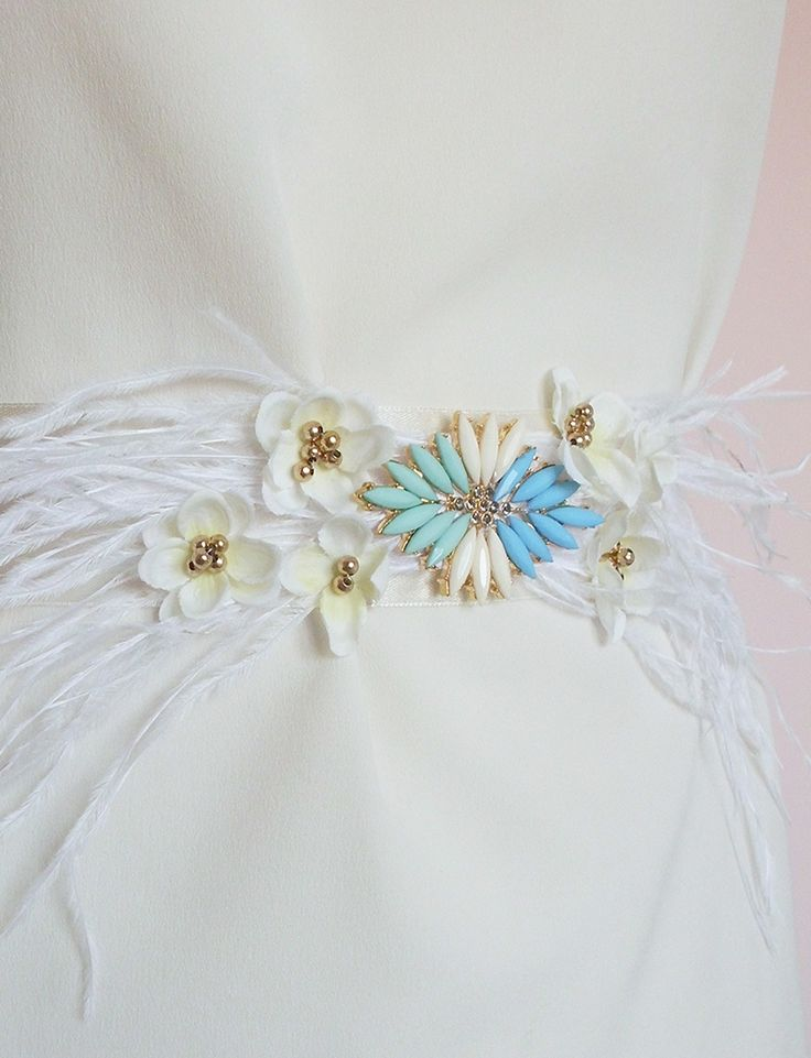 Cinturón de plumas y flores. Invitada.