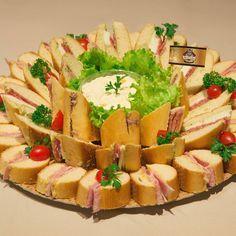 sanduichinhos de baguete semi doce e 3 recheios diferentes: presunto royale e pasta de brie com damasco, salame italiano com mussarela de búfala e pasta de alho poró, rosbife assado e pasta de azeitonas pretas