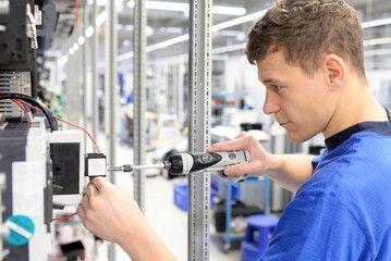 Arbeiter montiert Elektronik in einer Fabrik