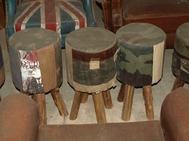 Deze krukjes zijn allemaal anders gestoffeerd. Oude postzakken, legertentstof, meelzakken. Afmeting: ca. 45 x 45 x 45 cm. Prijs: € 39,95
