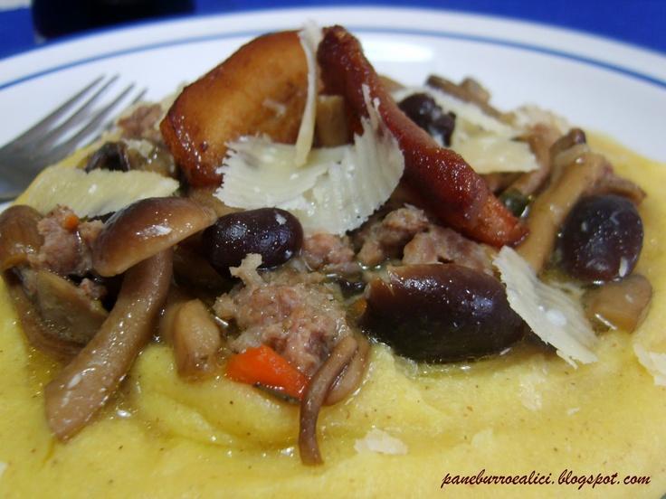 Polenta con funghi misti, salsiccia e pancetta arrosto