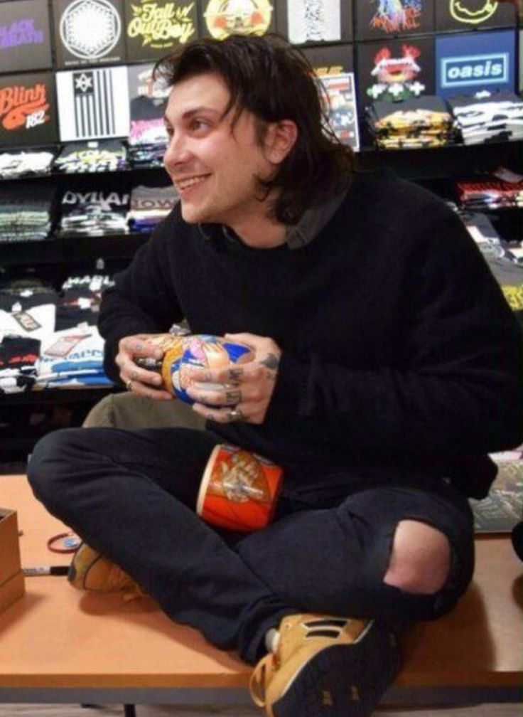 OMG LOOK AT FRANKIE IERO HES SO CUTE LIKE A MUFFIN CAUSE SMALL MUFFINS ARE CUTE AND LOKK AIHFJACACJ
