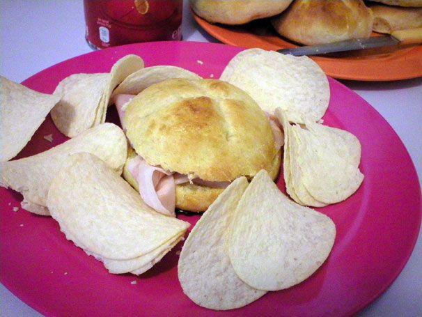 I buonissimi panini al latte da farcire. Ottimi con contorno di patatine http://www.milady-zine.net/party-pringles-per-presentare-i-nuovi-gusti-noi-le-mangiamo-cosi/