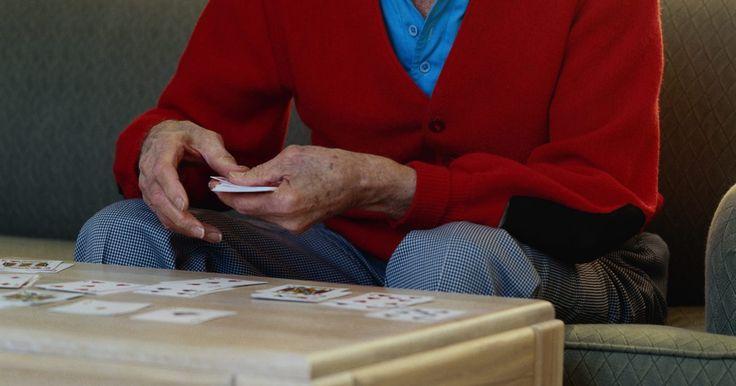 Reglas para el solitario: Qué hacer y qué no hacer. Hay cientos de maneras de jugar solitario con naipes. Un sitio web tiene 760 formas para jugar el juego, con nombres como Aces Up, Castillo Asediado o Auld Lang Syne. El típico juego de solitario que se encuentra en la mayoría de los ordenadores se llama Klondike. Muchos de estos juegos tienen reglas elaboradas sobre qué cartas se pueden jugar y ...