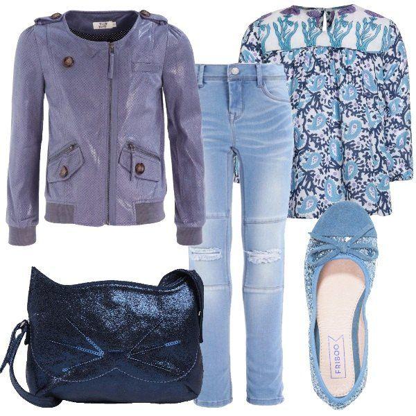 I jeans blu lavaggio chiaro sono a vita alta e hanno due tagli sulle ginocchia sottolineati da impunture sopra e sotto. Li abbiniamo alla tunica morbida bianca a fantasia marina nei toni dell'azzurro e del blu. Completiamo con un giubbino in ecopelle azzurro lavanda con dettagli in maglia per il fondo e per i polsini, chiusura zip davanti e bottoni marroni a vista. Ai piedi ballerine azzurre glitterata e come borsetta una tracollina blu metallizzata con musetto di gatto.