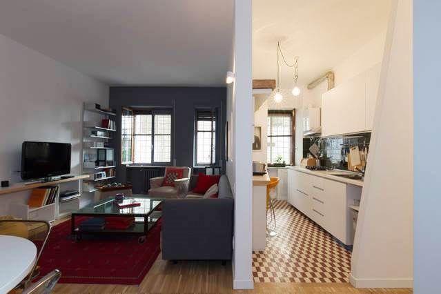 Abitazione privata, Casa my place, cucina eclettica, pavimento di recupero, pareti inclinate e aperture tipo passavivande verso la zona giorno. Progetto Arch.Luca Braguglia