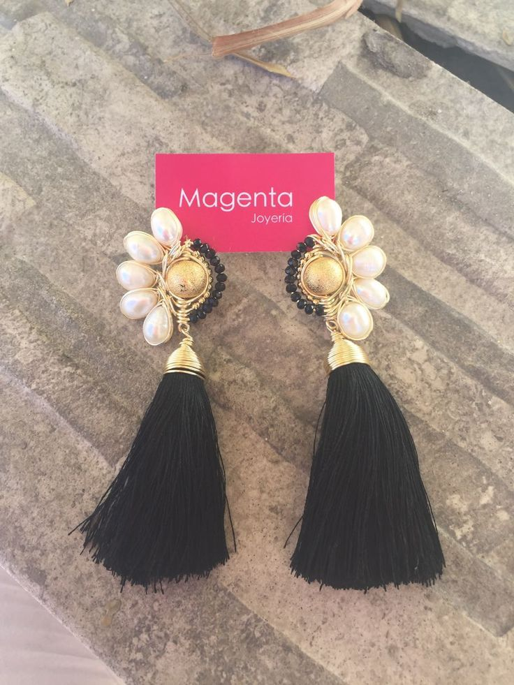 Tienes un evento especial? Entonces usa algo especial! Aretes hecho a mano con perlas, cristales, oro hindú y seda en chapa de oro de 22k ✨