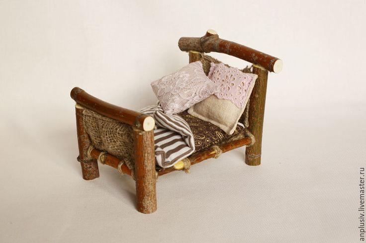 Деревянная кроватка с постельным бельем