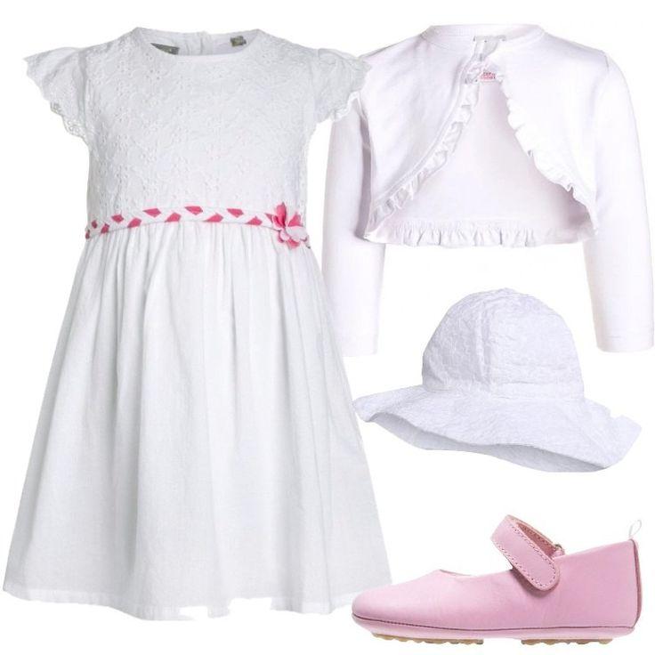 Un outfit composto da un vestito bianco, un coprispalle a maniche lunghe, ed un paio di carinissime scarpette rosa in pelle, è perfetto per una cerimonia.
