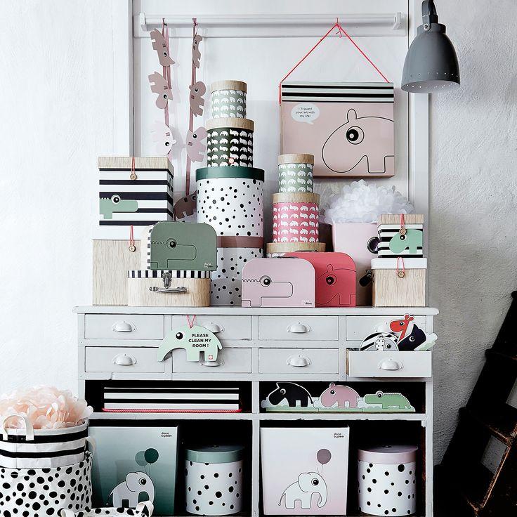 Tarvitsetko lisäsäilytystilaa lastenhuoneeseen? Done by Deer-merkillä on ratkaisu siihen. Merkillä on laaja tuotevalikoima erilaisia ja eri mallisia laatikoita, koreja, lasten mini matkalaukkuja tavaroille, sekä purkkeja lastenhuoneen pienille tavaroille.