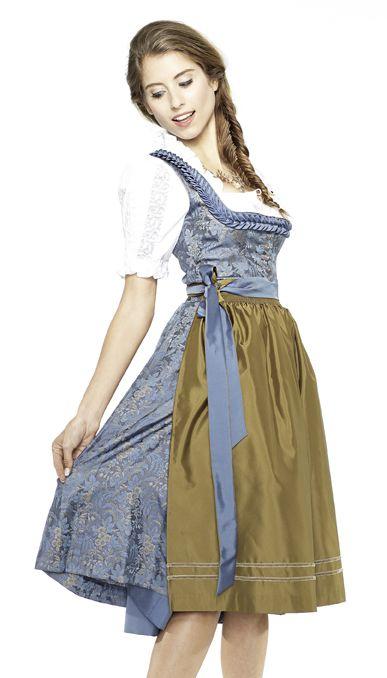 Cathy Hummels im Satin-Dirndl Elisabeth in Rauchblau mit olivfarbener Schürze. #Angermaier