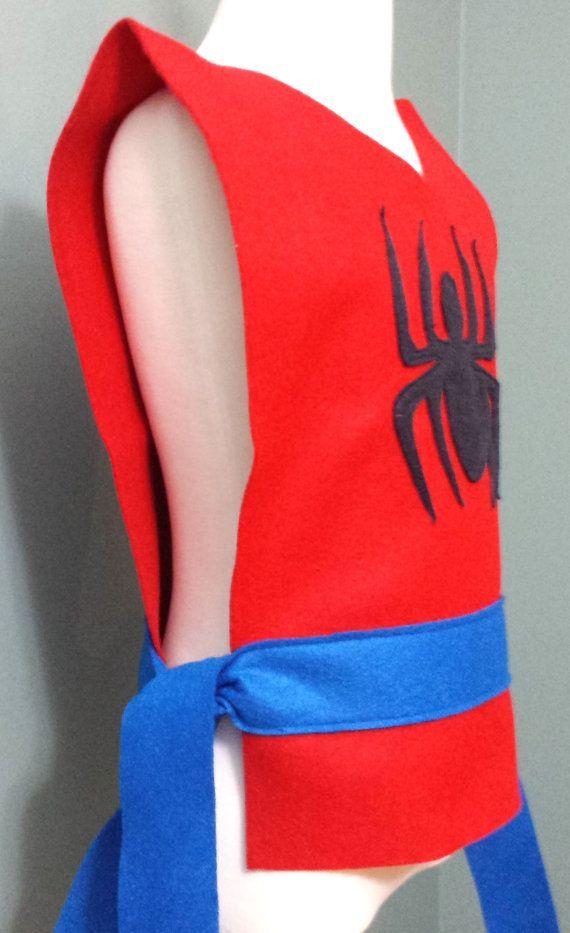 Nuestra adorable túnica de Spiderman es mano de eco amistoso fieltro con un lazo azul cinturón y detalle de la araña negra.  Las túnicas caben a niños de 3-10 años de edad. (Tamaño del cabrito: sólo está disponible)  LISTO PARA ENVIAR EN 1-3 DÍAS  Nuestras túnicas de traje se hacen de respetuoso del medio ambiente con corte detalles cosidos a mano. Las túnicas están abiertas a los lados con una correa del lazo. Perfecto para fiestas, obras de teatro escolares, Halloween y de vestir!  Todas…