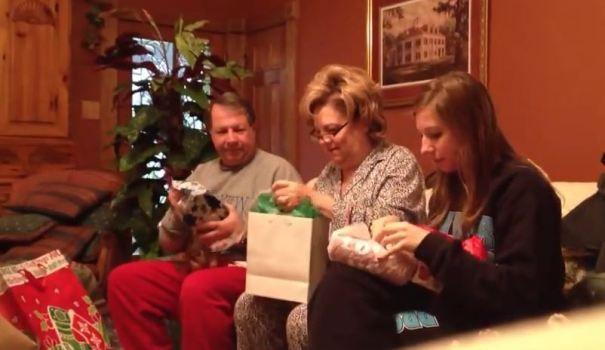 Τι καλύτερο από το να ξυπνάς την ημέρα των Χριστουγέννων και μαζί με την οικογένεια σου να ανοίγεις τα δωράκια σου. Ένα ζευγάρι από τη Λουιζιάνα όμως κατάφερε να κάνει την οικογένεια του να δακρύσει από χαρά με το δώρο που τους προσέφερε! Μαζεύτηκαν λοιπόν στο σαλόνι του σπιτιού τους και άνοιξαν τα κουτιά με τα δώρα τους