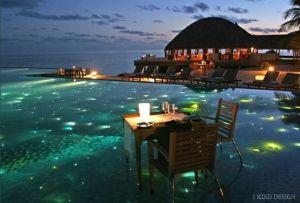 Maldivas, jantar ao pôr do sol na água ... a definição de relaxamento.  por lucklessgem