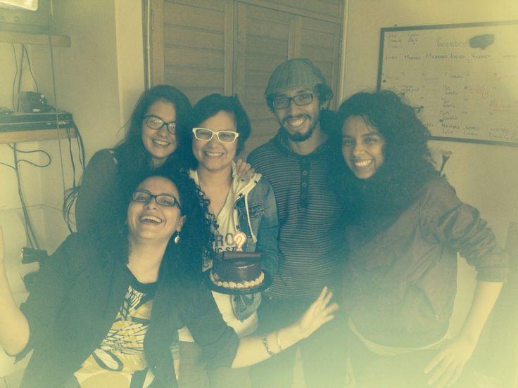 """Cerramos el día cantando el cumpleaños feliz a nuestra diseñadora Diana García, que casi llega al piso 3. En la foto, el """"Club de la Gafa"""" + Diana Oliveros."""
