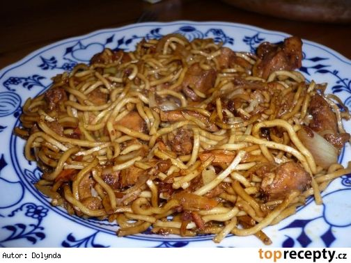 Čínské smažené nudličky s kuřecím masem podle mě (Mňamka!)