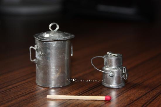 Pot à lait en étain : Fournitures : 1 morceau de feuille d'étain, un gros ciseau , un crayon, un bout de fil de fer, du carton fort et du papier, de la colle cyanoliteet 2 fixations de boucles...
