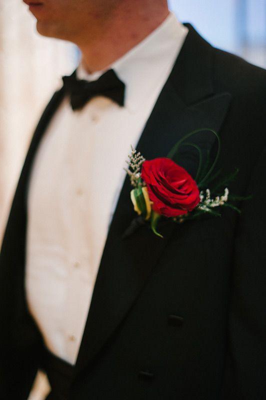 Voor de bruidegom een rode roos voor te matchen met onze bruid!