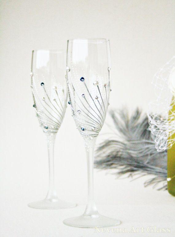 Copas de champán, pintado a mano de boda set de 2, adornado con perlas de Swarovski, clara and Denim azul Swarovski Crystals. Reflejo de cristal mini perla esferas en el tallo, que reflejan la luz bajo cierto ángulo. Perlas mini lunares blancos. Efecto hielo mate suave en la base, parte superior vástago de amd. Gran adición a una boda de invierno o Angegement.  Hermosa boda, aniversario y regalo de Navidad.   Altura 22cm / 8.8 inc  7 1/2 OZ  Diseño de autor, pintura de la mano libre…