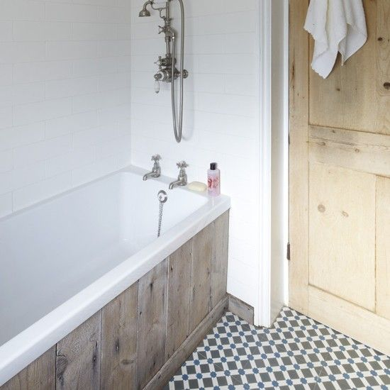 Rustic bathroom renovation with decorative floor tiles | Etxekodeco: Una casa DIY de estilo vintage industrial