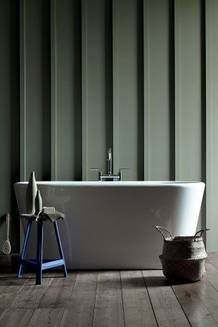 Dans une salle de bain, le mur à reliefs est peint de couleur verte Sage Green Mambo - peinture Ressource