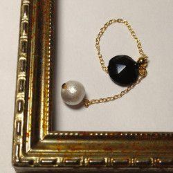 ヴィクトリア時代の黒いアンティークボタンと揺れるコットンパール。14KGFのチェーンリング  華奢だけど素敵な存在感。 http://www.creema.jp/exhibits/show/id/812813