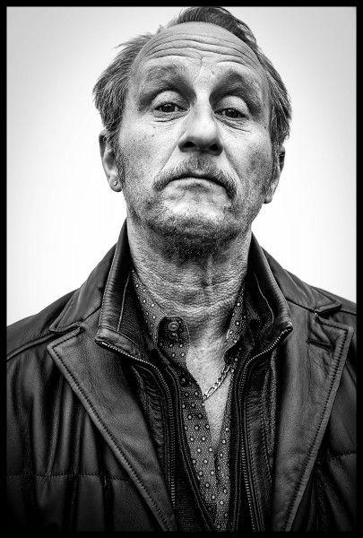 """Venez découvrir l'exposition """"Les 50 salopards"""" du photographe Rudy Lamboray. L'idée est de photographier les acteurs belges comme s'ils étaient à l'affiche d'un polar très typé. Photo: Benoit Poelvoorde"""