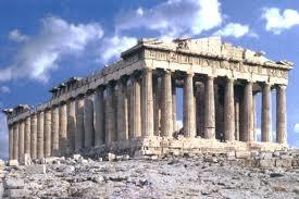 그리스 고전기에 세워진 건축물로 신 중심의 사고를 드러낸다. 칼리클라이테스가 건축의 지휘를, 피디아스가 조각을 맡았다. 이 신전은 아테네와 페르시아의 전쟁에서 아테네가 여신의 도움으로 승리한 것을 기념하기 위해 세워졌다. 아크로폴리스 언덕 위에 지어져서 아테네 시가지가 내려 보이고, 아테네 여신상은 신전 안에 있다. 많은 조각품들은 영국의 엘턴 경에 의해서 대영 박물관에 소장되어 있다.