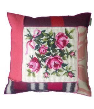 kussen bekleed met retro wollen dekens en een schattig oud borduurwerk met bloempatroon. Het kussen heeft de afmeting 60-60 cm en wordt geleverd inclusief binnenkussen. Zie ook mijn andere advertenties voor bijpassende plaids en andere kussens