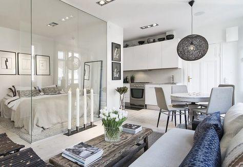 Optimális helykihasználással megtervezett, otthonos, nagyon elegáns és hangulatos, minőséget sugárzó kis 34nm-es lakás. Padlótól mennyezetig érő üvegfalakkal leválasztott hálószoba, kandalló, teljesen felszerelt konyha, kényelmes zuhanykabin, gardróbszoba, spotok és hangszórók a mennyezetben, magasfényű frontok és márvány munkalap a konyhabútorban, fa padló, semleges, természetes árnyalatok + egy erkély - mindez együtt a kis alapterületet figyelembe véve szinte tökéletes.