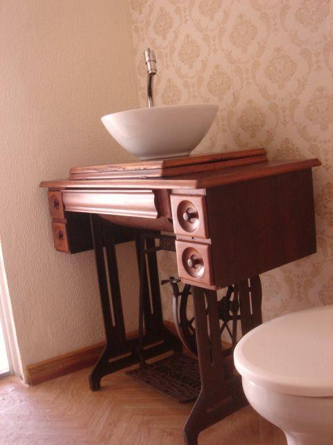 DIY - Transforme a máquina antiga de costura em pia para o lavabo.