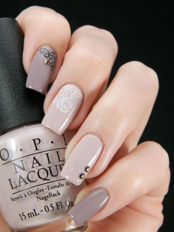 diseño de uñas largas con accesorios