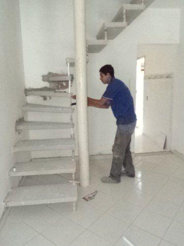 sala com escada pré moldada de concreto - Pesquisa Google