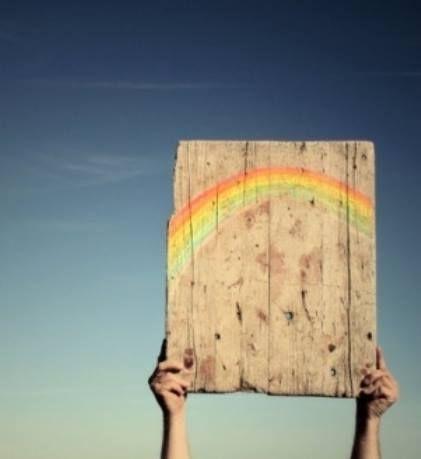 Em um emaranhado de emoções, a tempestade é necessária para que o arco-íris não desbote suas cores. Certo que os dias de sol são maioria, os dias de chuva têm lá sua importância sim, pois chegam para lavar a alma, reciclar os pensamentos, dissipar toda energia negativa, ficando somente a leve certeza do que realmente importa para nosso bem viver ___________ LuAires.