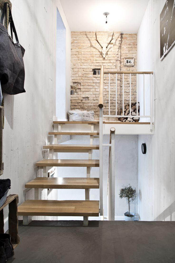 Mit Der Steinwand Und Den Treppen Hat Marcel Graf, CEO Einer Home U0026 Living  Firma, Naturtöne Mit Hineingebracht Und Mit Accessoires Wie Dem Geweih Ein  Tollen ...
