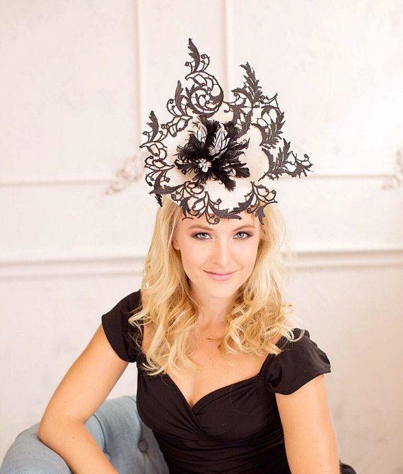 Zwart en crème wit fascinator als ot racing bruiloft hoeden