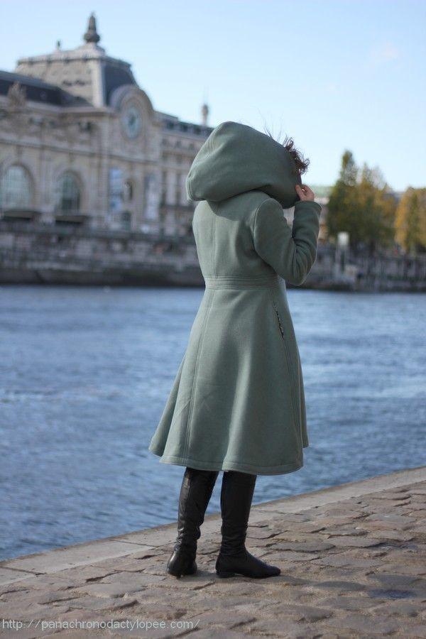 La grande capuche, le manteau qui tombe sous le genou derrière