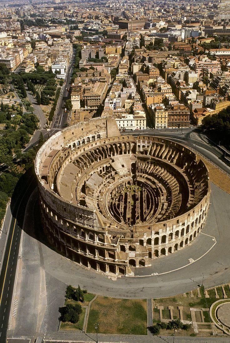 El Coliseo de Roma, el mayor anfiteatro del mundo romano, fue inaugurado en el año 80 D.C. por el emperador Tito. El él se podían ver, entre otros espectáculos, luchas entre bestias salvajes, condenados devorados por las fieras, combates entre gladiadores.