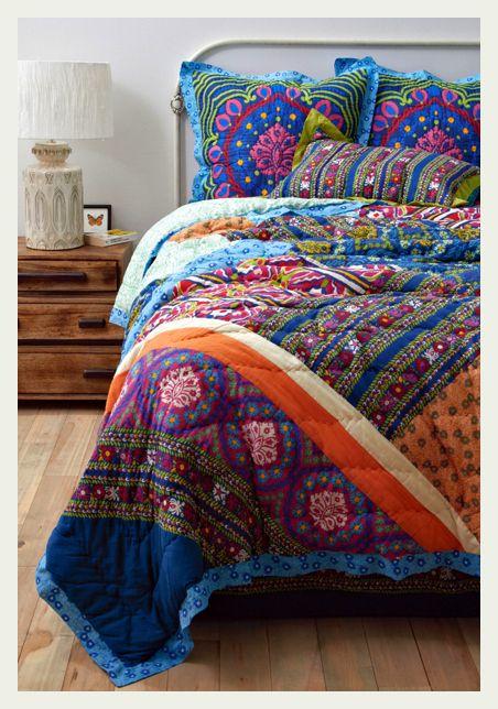 Ter uma colcha super colorida como essa garante um quarto sempre divertido e nada sem graça. :)