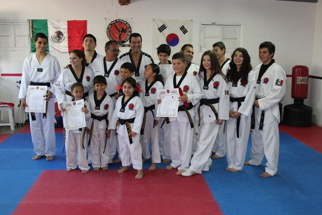 Reciben ocho el grado de Cinta Negra en Taekwondo